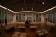 中学生作品展示室にて老夫婦(北九州市立美術館)