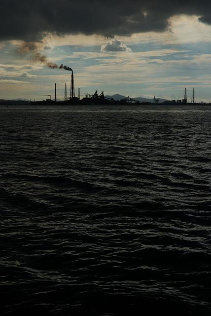 門司区片上海岸から小倉東港を望む